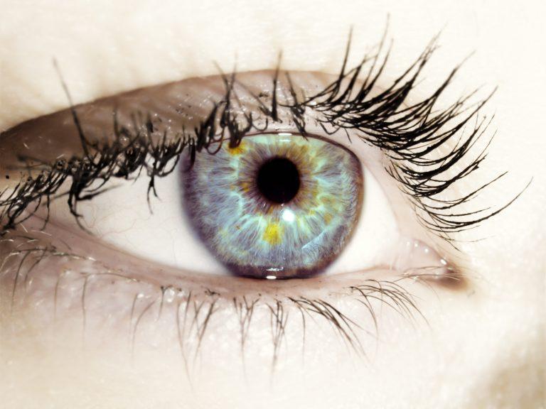 O pata pe albul ochiului