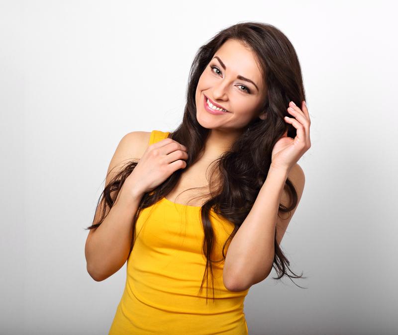 femeie în rochie galbenă